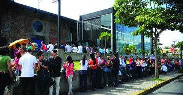 Cientos de personas hacen fila en feria de empleo en San José.